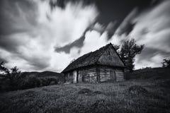 Een oud, lang-verlaten huis, tegen de achtergrond van een bewolkte hemel, schot op een lange blootstelling Verlaten huis in de We Royalty-vrije Stock Afbeelding