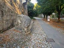 Een oud leeuwbeeldhouwwerk in het Kasteel van Brescia, Lombardije, Italië stock foto