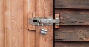 Een oud open slot op een houten deur royalty-vrije stock foto's