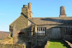 Een oud steengebouw met grote schoorstenen Royalty-vrije Stock Foto's