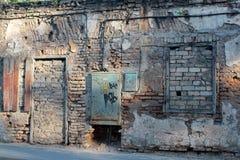 Een oud steenhuis met ingescheept op deuren en venstersbaksteen Royalty-vrije Stock Foto