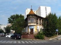 Een oud twee verhaalhuis op de hoek van twee straten Stock Foto