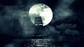 Een Oud Varend schip in het midden van een Nacht in de Oceaan op een Volle maanachtergrond stock videobeelden