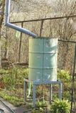 Een oud vat voor regenwater Royalty-vrije Stock Foto's