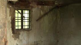 Een oud venster met het binnenland van het verlaten huis stock videobeelden