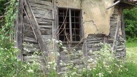 Een oud verlaten huis een geruïneerde muur en een venster stock video