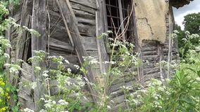 Een oud verlaten huis een geruïneerde muur en een venster stock videobeelden