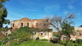 Een oud verlaten plattelandshuisje in een de lentedag Royalty-vrije Stock Foto
