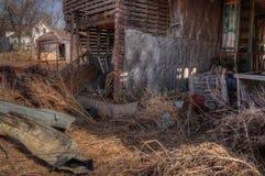 Een oud veronachtzaamd Landbouwbedrijf en een Materiaal van de medio-Twintigste Eeuw binnen stock foto