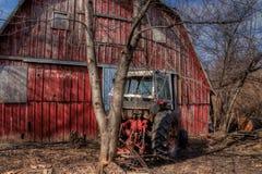 Een oud veronachtzaamd Landbouwbedrijf en een Materiaal van de medio-Twintigste Eeuw binnen stock foto's