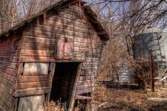 Een oud veronachtzaamd Landbouwbedrijf en een Materiaal van de medio-Twintigste Eeuw binnen stock fotografie