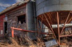 Een oud veronachtzaamd Landbouwbedrijf en een Materiaal van de medio-Twintigste Eeuw binnen stock afbeelding