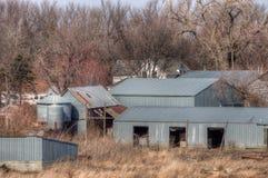 Een oud veronachtzaamd Landbouwbedrijf en een Materiaal van de medio-Twintigste Eeuw binnen royalty-vrije stock fotografie