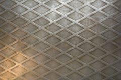 Een Oud vuil zilveren metaalblad met diamantpatroon en krassen Ruwe Oppervlaktetextuur stock afbeeldingen