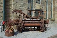 Een oud weefgetouw dat wordt gebruikt om een binnenplaats te verfraaien stock afbeeldingen
