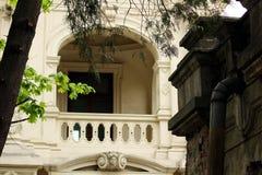 Een oud wit balkon royalty-vrije stock afbeeldingen