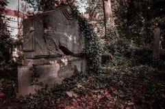 Een oude begrafenis op de oude begraafplaats stock afbeeldingen