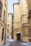 Een oude binnenplaats in Heilige Petersburg, Rusland. Stock Foto's