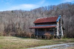 Een oude blokhuiszitting in het midden van het troosteloze landschap van de winter, zuidoostelijk Tennessee royalty-vrije stock afbeelding
