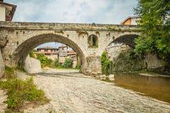Een oude boogbrug in de stad van Elena bulgarije september Stock Afbeeldingen