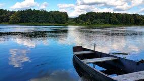 Een oude boot door de rivier Stock Fotografie