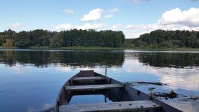 Een oude boot door de rivier Royalty-vrije Stock Fotografie