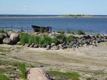 Een oude boot op een eeuwige meertros Stock Fotografie