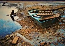 Een oude boot op Skalka-reservoir in Tsjechische Republiek stock foto