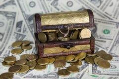 Een oude borst met geld royalty-vrije stock foto's