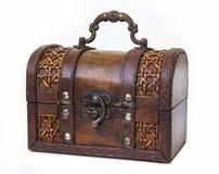 Een oude die borst van hout wordt gemaakt en het leer met een ijzer behandelen en slot stock fotografie