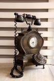 Een oude die telefoon van hout met analoog wordt gemaakt dialer royalty-vrije stock fotografie