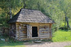 Een oude dorpsschuur voor vee Stock Afbeeldingen