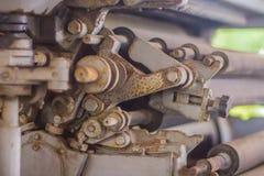 Een oude drukpersmachine met roterend materiaal Sluit omhoog detail van een oude drukpers stock afbeelding