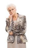 Een oude elegante dame die haar hand hebben onder kin. Royalty-vrije Stock Afbeelding