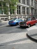 Een Oude en Moderne auto in één foto Stock Foto