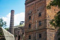 Een oude fabrieksinstallatie en de schoorsteen Royalty-vrije Stock Fotografie
