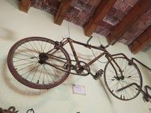 Een oude fiets die op de muur hangen royalty-vrije stock afbeeldingen