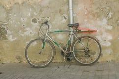 Een oude fiets royalty-vrije stock foto's
