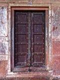 Een oude geketende omhoog deuropening stock foto's