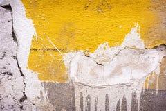 Een oude gele muur met barsten royalty-vrije stock afbeeldingen
