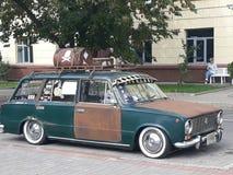 Een oude geroeste auto op een stadsstraat royalty-vrije stock foto