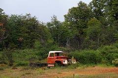Een oude geroeste uitstekende verlaten vrachtwagen, Chili stock afbeelding