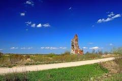 Een oude geruïneerde kerk Stock Foto's