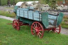 Een oude geschilderde wagen royalty-vrije stock afbeelding