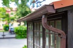 Een oude goot in een losgemaakt huis Regenwaterdrainage van het dak royalty-vrije stock afbeeldingen