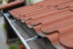 Een oude goot in een losgemaakt huis Regenwaterdrainage van het dak royalty-vrije stock foto's