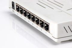Een oude grijze router op een witte achtergrond stock foto's