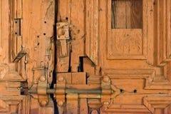 Een oude hersteld poort voorlopig met een slot royalty-vrije stock foto