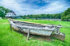 Een oude het roeien boot met behoefte aan reparatie Stock Foto's