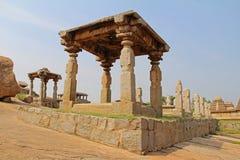 Een oude heuvel van tempel complexe Hemakuta in Hampi, Karnataka, India stock fotografie